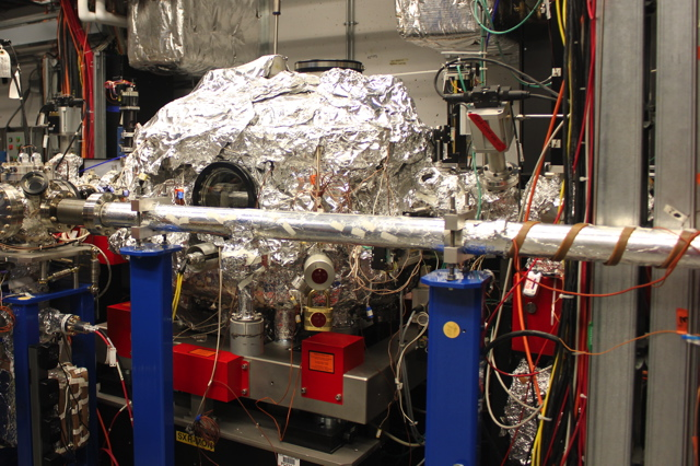 "Ultimately, this highly concentrated X-ray beam passes through this <a href=""//cdn.arstechnica.net/wp-content/uploads/2012/09/septeventnm-016.jpg"">radiation removal device</a> and finds its way to this experimental facility at the end of the line."