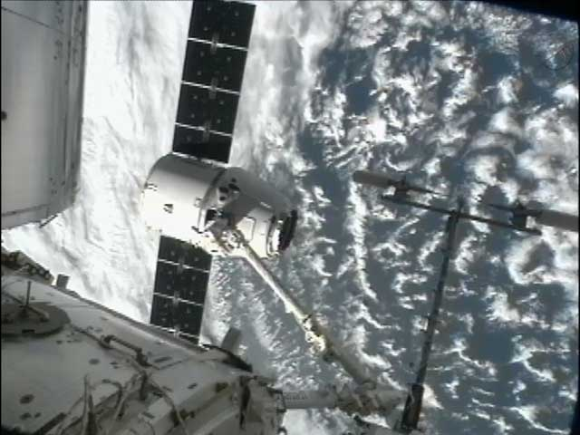 spacex dragon capsule berths with space station ars technica spacex dragon effectively reaches iss 640x480