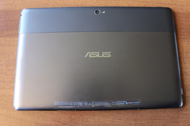 The back of the VivoTab RT. There's a camera with LED flash at the top and a speaker on each side.
