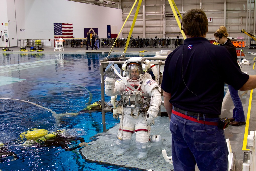 Chris Cassidy is lowered into the NBL pool to start his simulation.