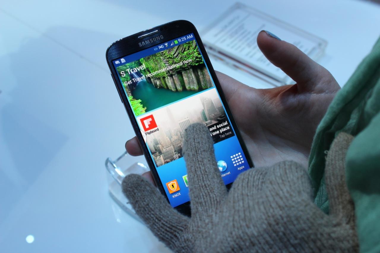 Gloves do not faze the Galaxy S 4.