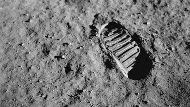 Buzz Aldrin's bootprint during Apollo 11 (NASA image AS11-40-5878).