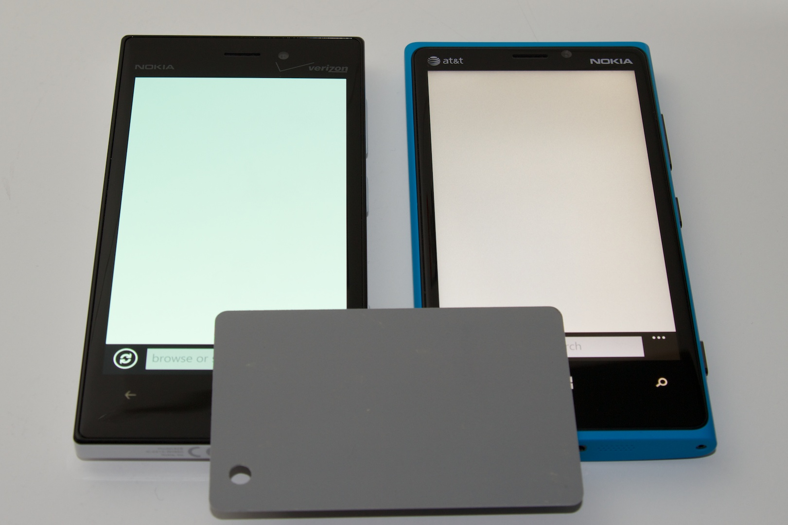 The Lumia 928's screen (left) takes on a blue-ish tint when viewed from even slight angles. Lumia 920 is at the right, and the 18 percent gray card is in foreground for reference.