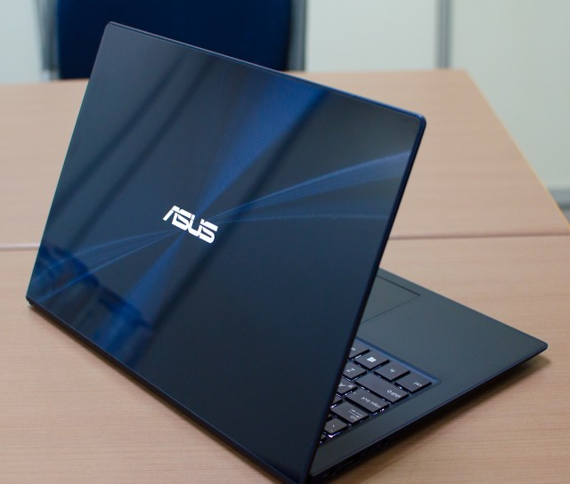 The Asus Zenbook Infinity's handsome, glass-covered lid.