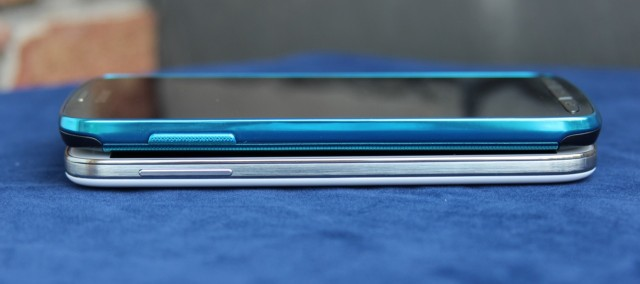The volume rocker on the left side. Note that the S 4 Active (top) is slightly thicker than the regular S 4 (bottom).