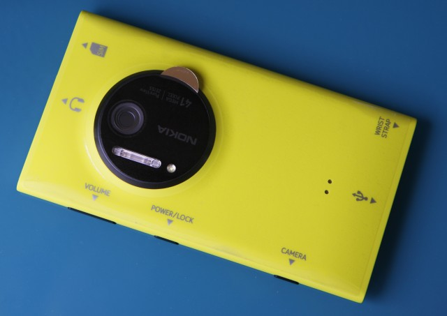 Out of the box, the Lumia 1020 has this rather handy sticker on the back that shows what everything is.