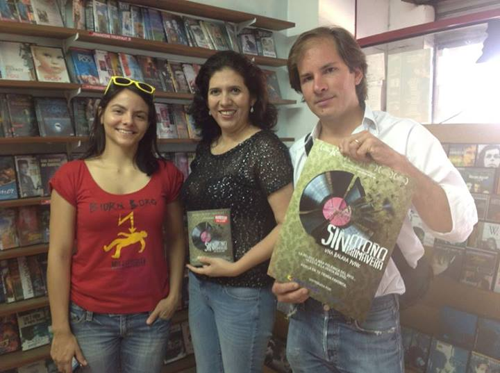 Omaira Moscoso, middle, with the producer <em>Sin otoño, sin primavera</em> in her store.