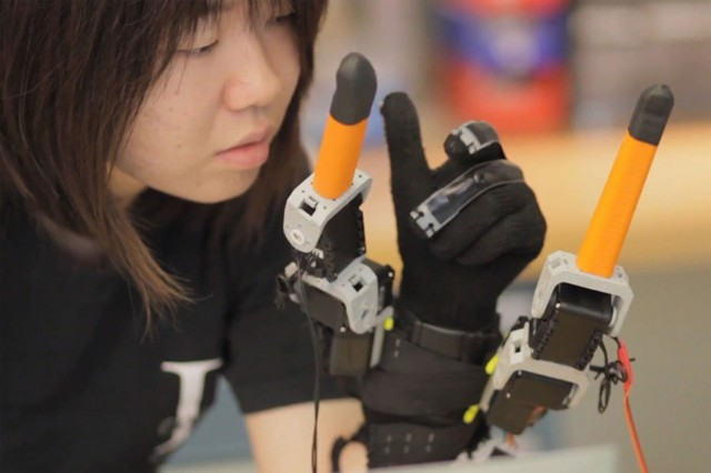 Robotic glove gives you extra fingers for grabbing