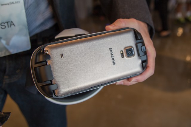 How the Galaxy Note 4 plugs into a prototype version of the Gear VR.