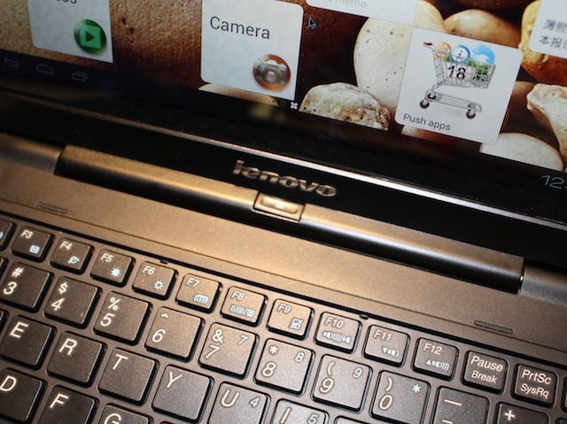 The button in the center of the keyboard's hinge pops out the S2110 tablet
