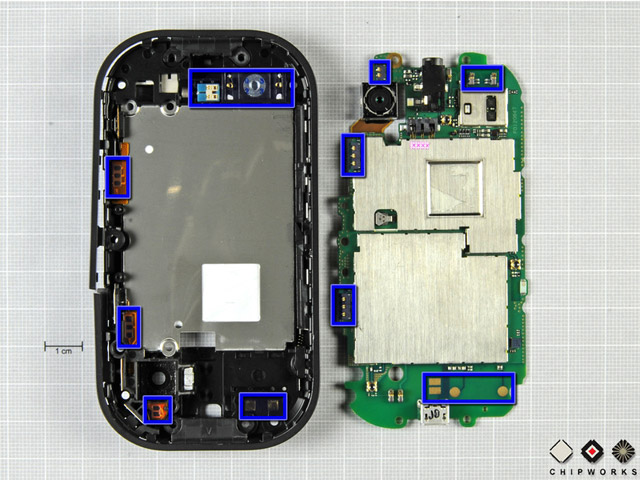 Several rows of pressure contacts help exchange data between the main board and the external buttons, microphone, speaker, and antennas embedded in the outer case.