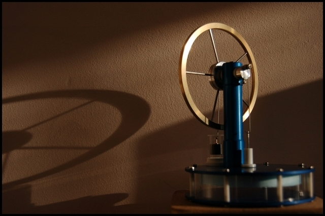 A much-larger-than-particle-size Stirling engine