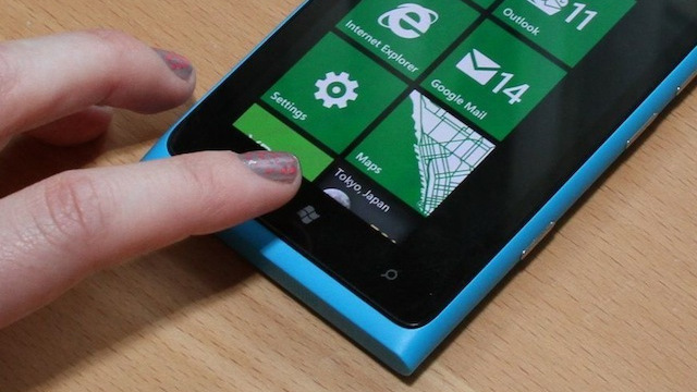 Nokia to give Lumia 900 users $100 credit, software patch due to data glitch