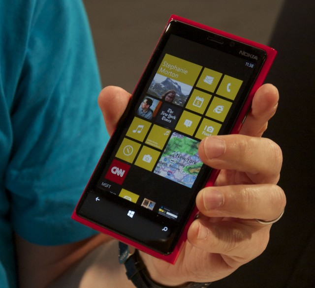 A closer look at Nokia Lumia 920's body and remarkable PureView camera