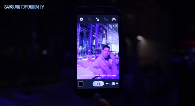A user demonstrates the new low light setting for the Galaxy SIII's camera app.