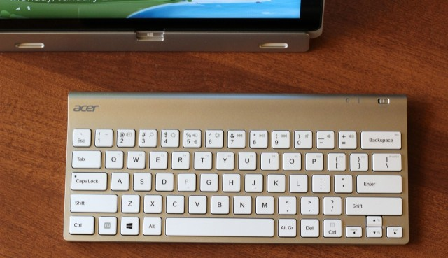 The W700 comes with a decent external Bluetooth keyboard, but no mouse.