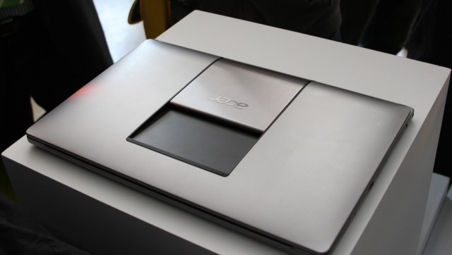 Close the laptop, and the Ezel hinge sits flush against the lid.
