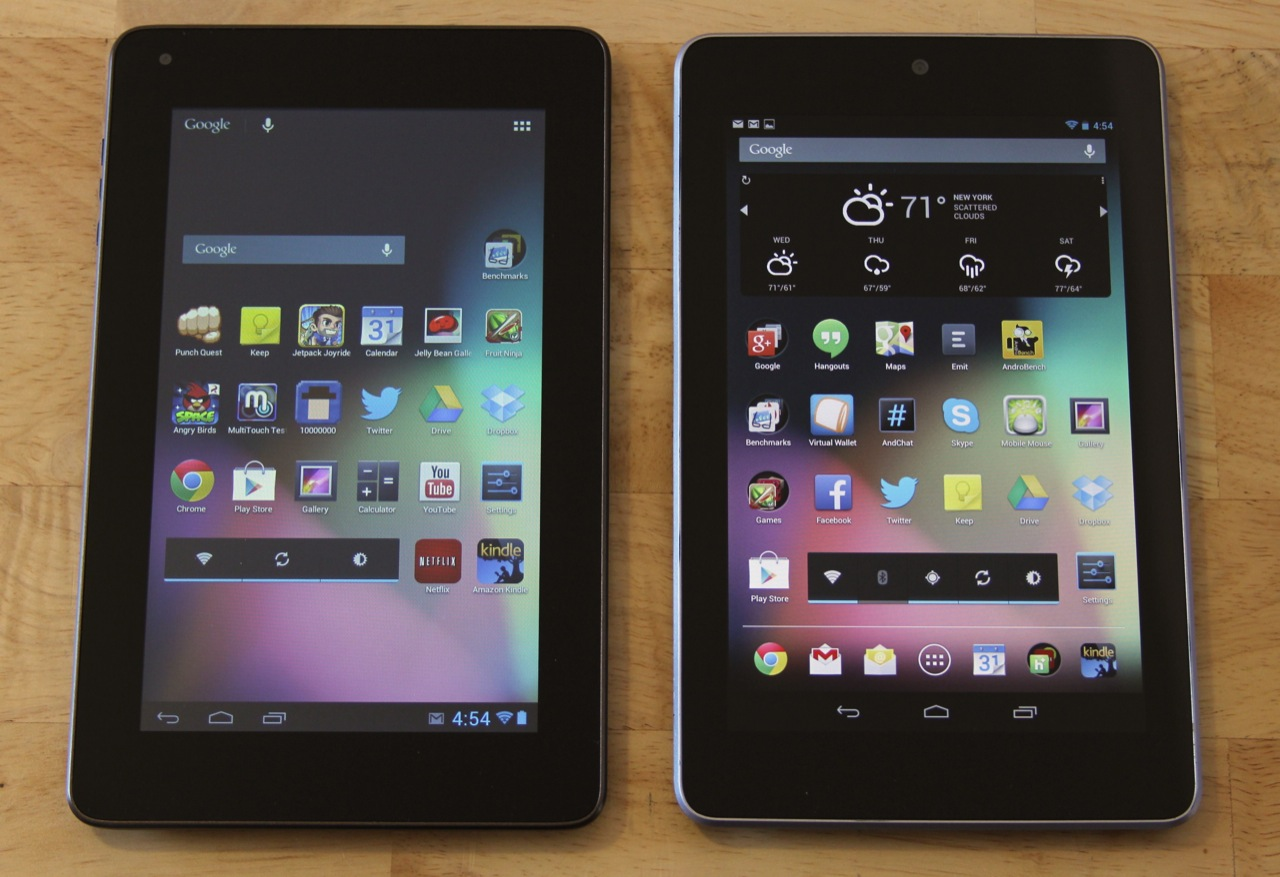 The Sero 7 Lite (left) compared to the Nexus 7 (right). The Nexus 7 has a higher resolution, better contrast, and more vibrant colors.