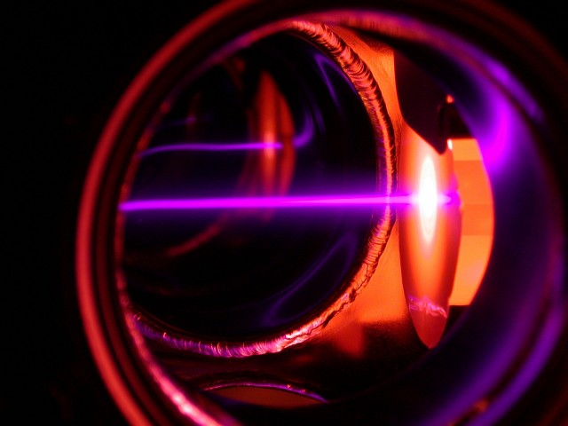 Optical transistor switches states by trapping a single photon