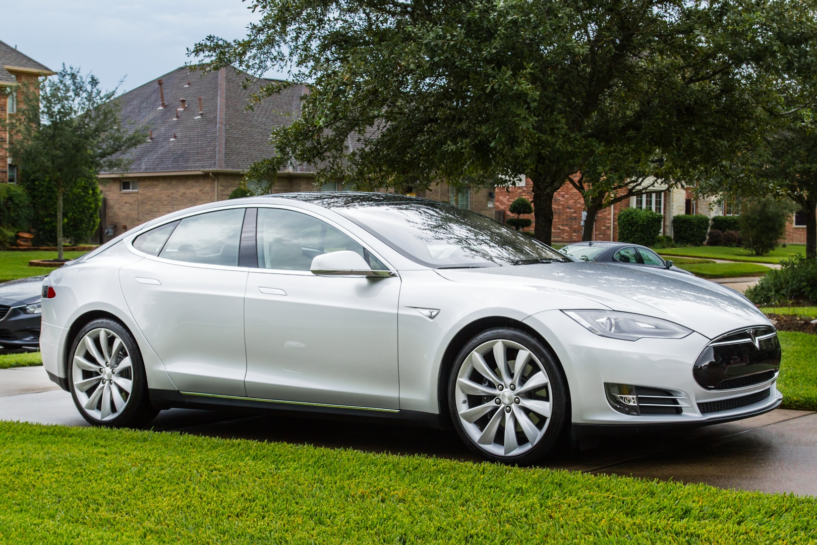 The Model S P85+ in my driveway, where I wish it had a permanent home.