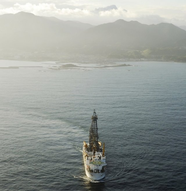 The deep-drilling ship <i>Chikyu</i>, which collected the cores of the Tohoku-Oki fault zone.