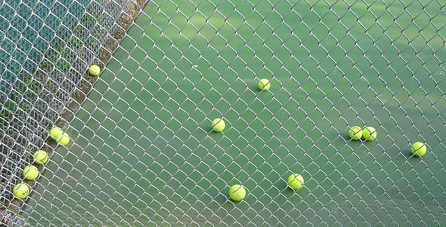 Miniature bouncing tennis balls reveal cellular interiors