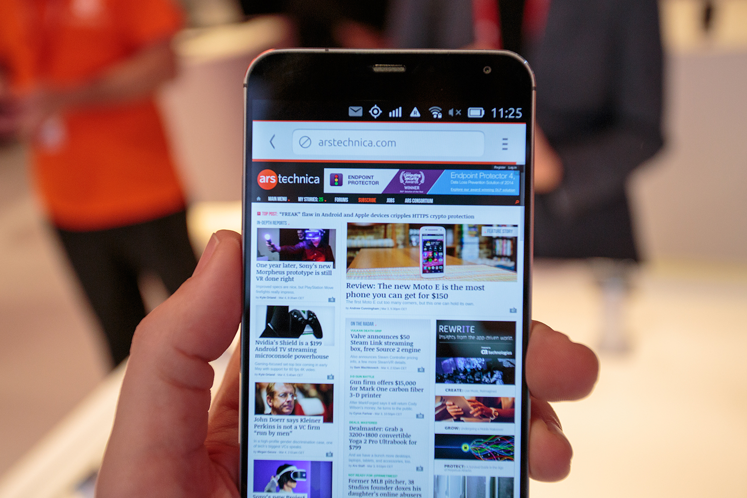 The Meizu MX4 Ubuntu Edition, displaying the greatest website in the world.