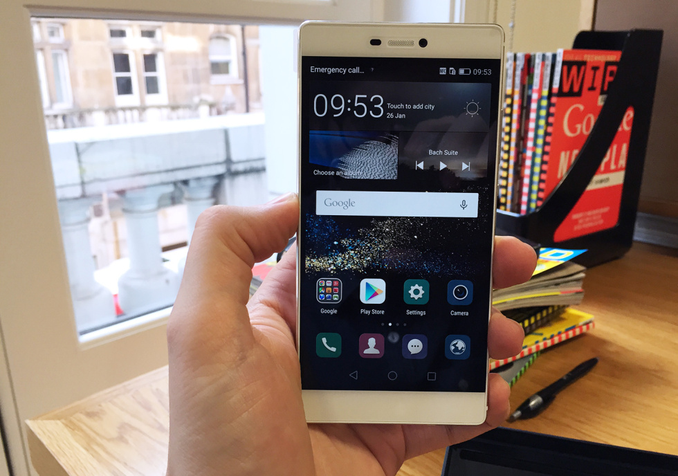 The Huawei P8, in hand.
