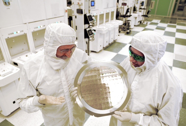Beyond silicon: IBM unveils world's first 7nm chip