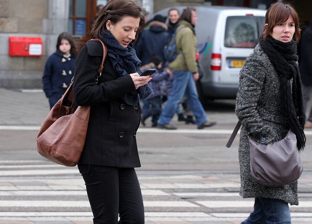 State lawmaker seeks to ban texting while walking