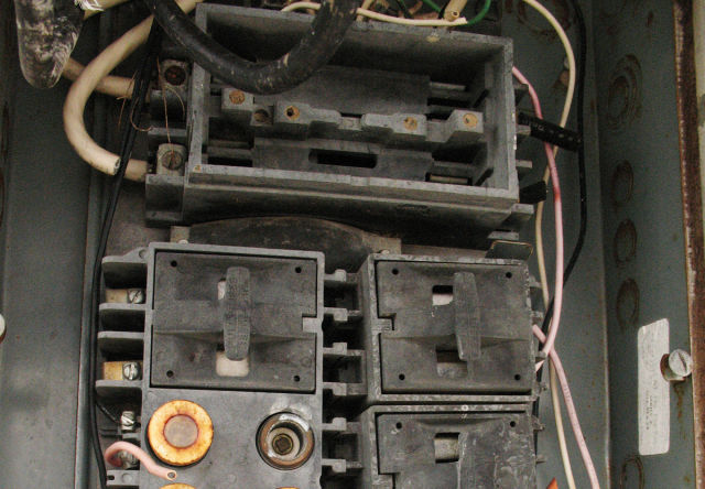 old fuse box 640x444 ars macgyverica that time we fixed a fuse box with a 6 inch nail fuse box fuses at readyjetset.co