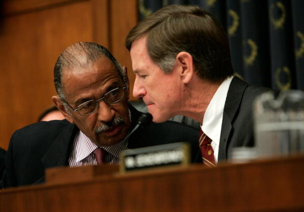 Rep. Lamar Smith, right (R-Texas) conferring with Rep. John Conyers (D-Mich.).