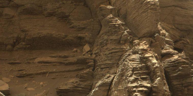 Indomitable Curiosity treks through mesas, captures Wild West-like images