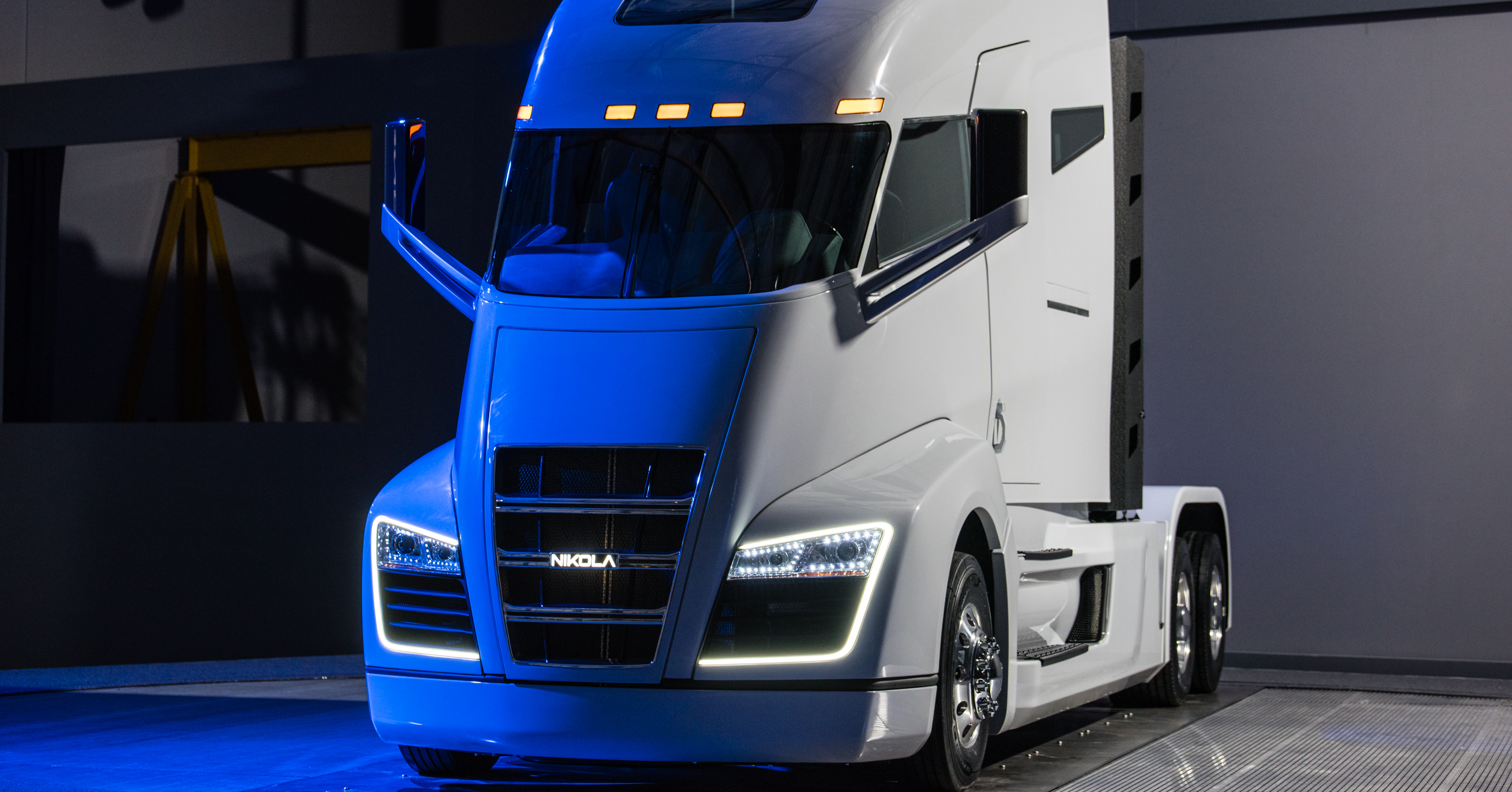 nikola reveals hydrogen fuel cell truck with range of 1 200 miles