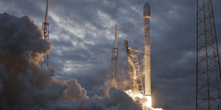 SpaceX is Free to Fly-will Attempt a Launch Monday from California
