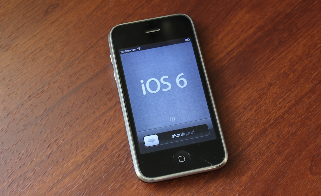 A battle-tested iPhone 3GS running iOS 6, the last major iOS update the phone received and the last one to use the old Scott Forstall-era iOS design language.