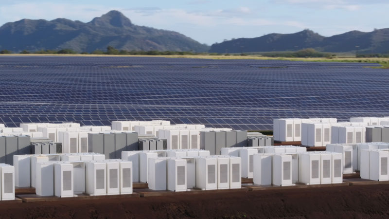 Tesla battery packs power the Hawaiian island of Kauai after dark