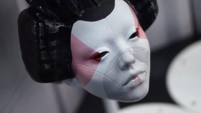 Killian wears a Japanese geisha mask in the live action movie.