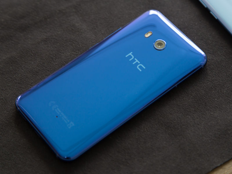 The all-glass back of the HTC U11.
