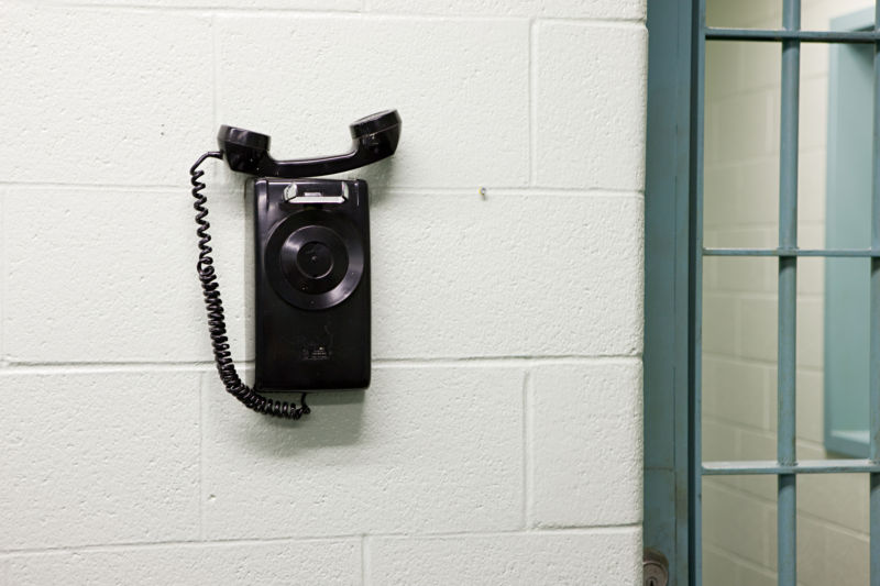 Appeals court tosses FCC cap on cost of calls to prisons