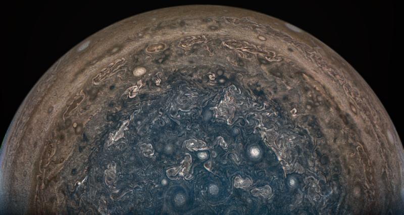 فضاپیمای Juno ناسا وقتی JunoCam این تصویر را در 2 فوریه 2017 بدست آورد ، دقیقاً بالاتر از قطب جنوب مشتری قرار گرفت.
