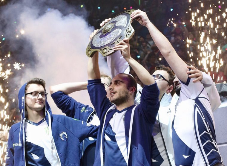 "Liquid captain ""KuroKy"" hoists the Aegis of Champions for the first time."