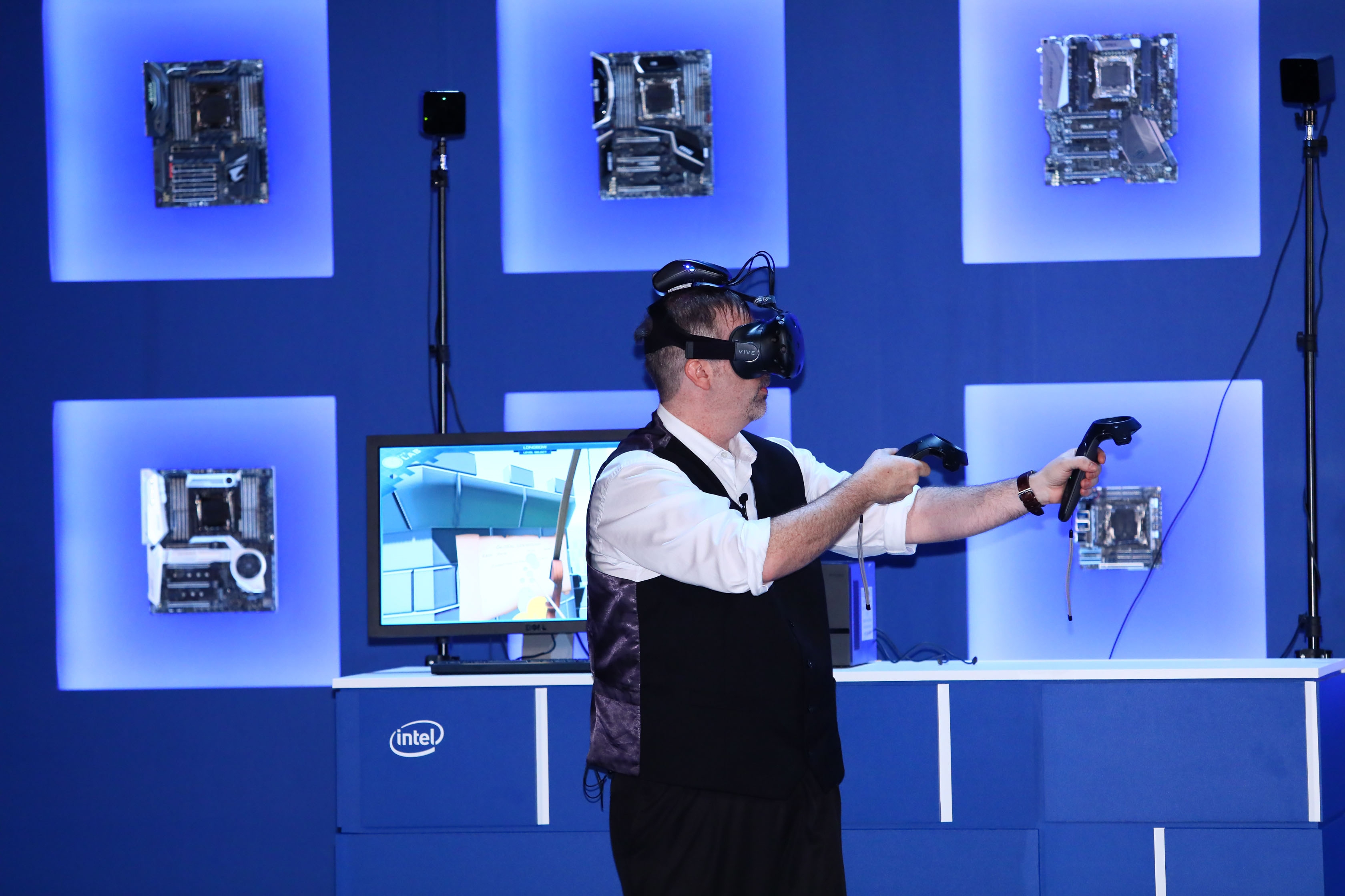 Stumbling through the dark: Intel demo of an HTC Vive with WiGig at Computex this year.