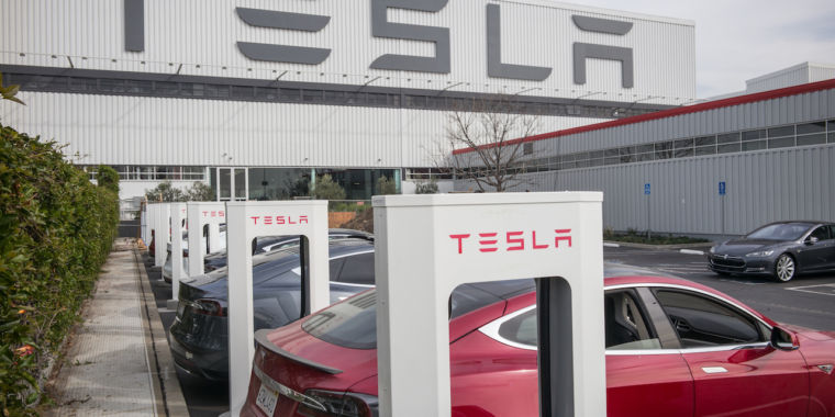Tesla will cash in on surging stock price with $5 billion stock sale thumbnail