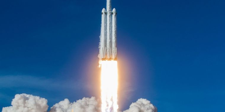 The Falcon Heavy is an Absurdly Low-cost Heavy Lift Rocket