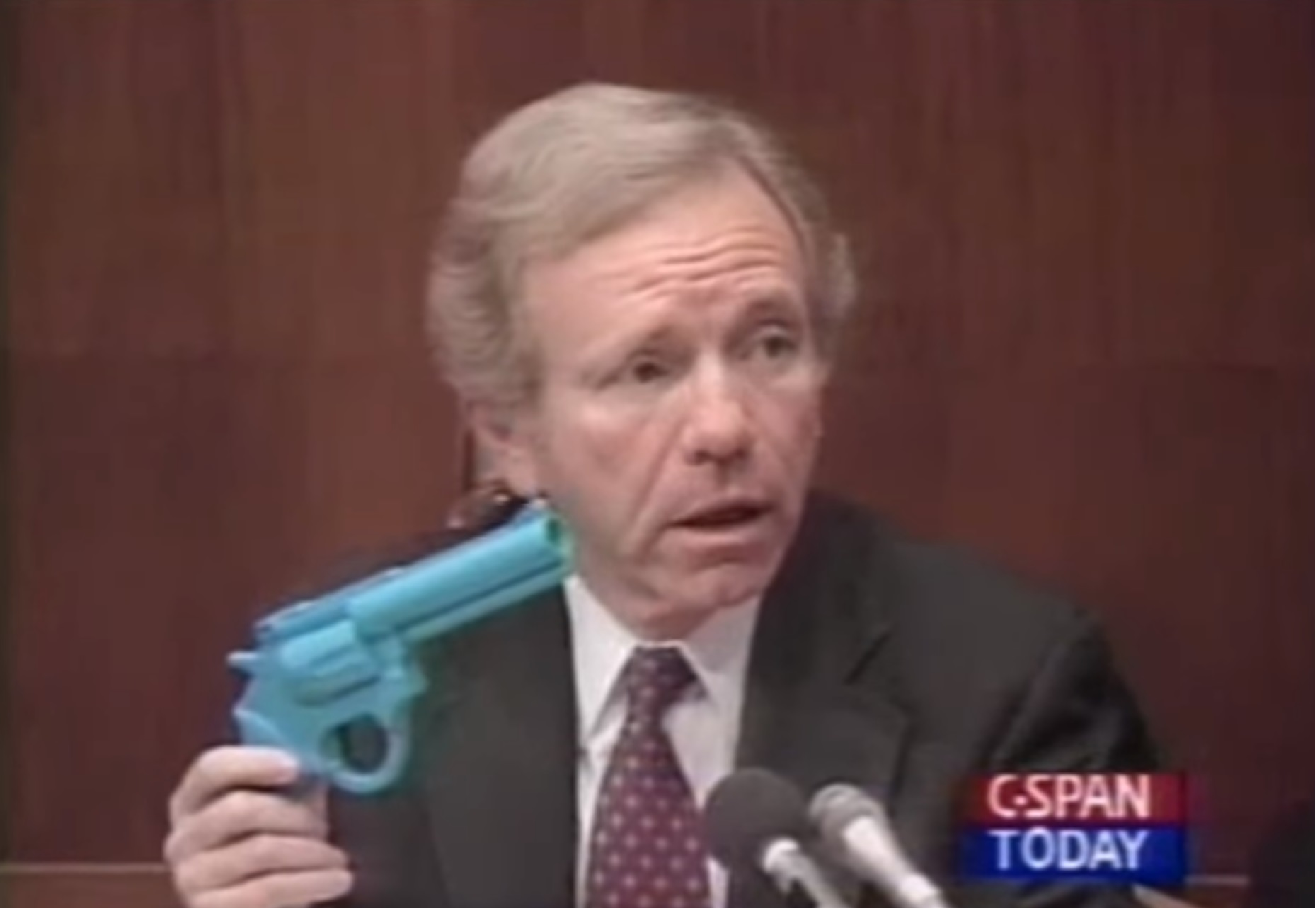 """Senator Joe Lieberman (I-Conn.) holds a light gun during <a href=""""https://arstechnica.com/features/2017/08/night-traps-weird-path-from-congressional-crosshairs-to-2017-remastered-edition/"""">hearings on video game violence in 1993</a>, the first time the federal government addressed the issue."""