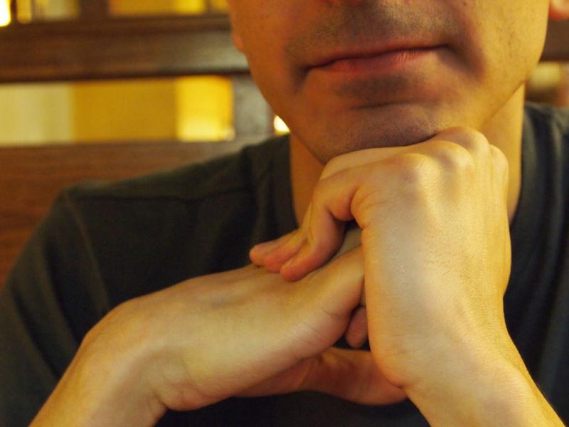 Cavitation dilemma resolved in knuckle-cracking model