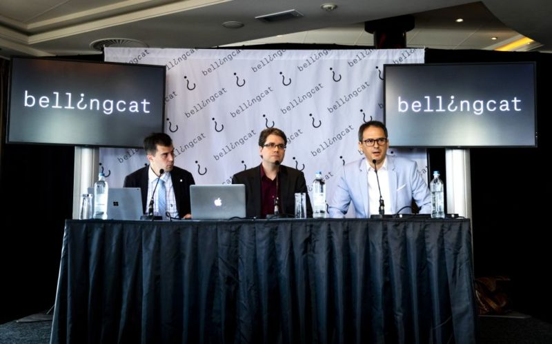 Eliot Higgins (C), founder of online investigation group Bellingcat, addresses a press conference on findings within research on Malaysia Airlines flight MH17 in Scheveningen, The Netherlands, on May 25, 2018. - The Netherlands and Australia on May 25 accused Moscow of being behind the 2014 shooting down of flight MH17 over war-torn eastern Ukraine with the loss of 298 lives, in a move which may trigger legal action.