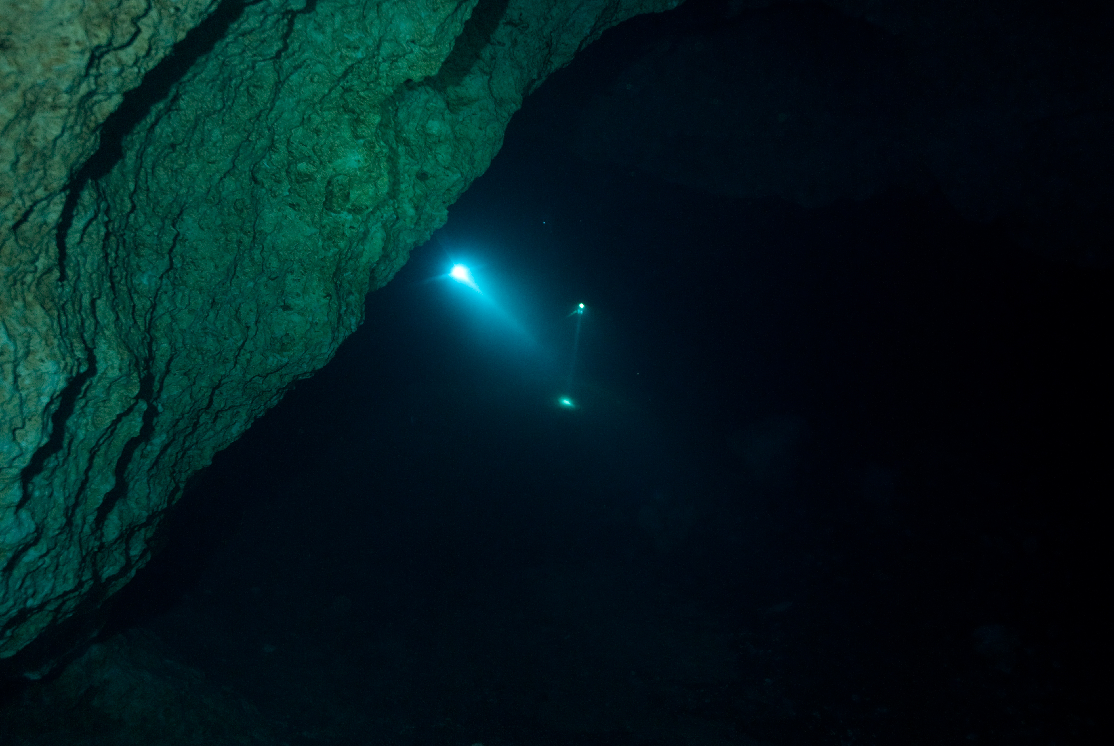 Lights from a dive partner during a cave dive. Even nearby light sources can be disorienting.