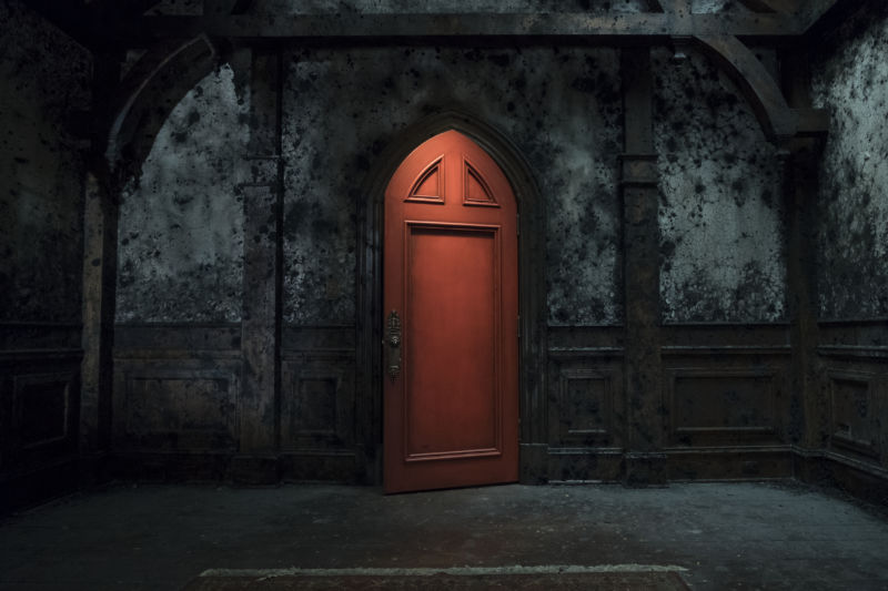 "The perpetually locked red door is a central mystery of Netflix's adaptation of <em>Haunting of Hill House</em>.""><br /> < img src ="